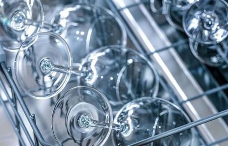 ¿Cómo devolver el brillo a la cristalería y cubertería de mi restaurante?