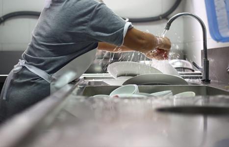 Cómo lavar y desinfectar el fregadero de tu cocina industrial